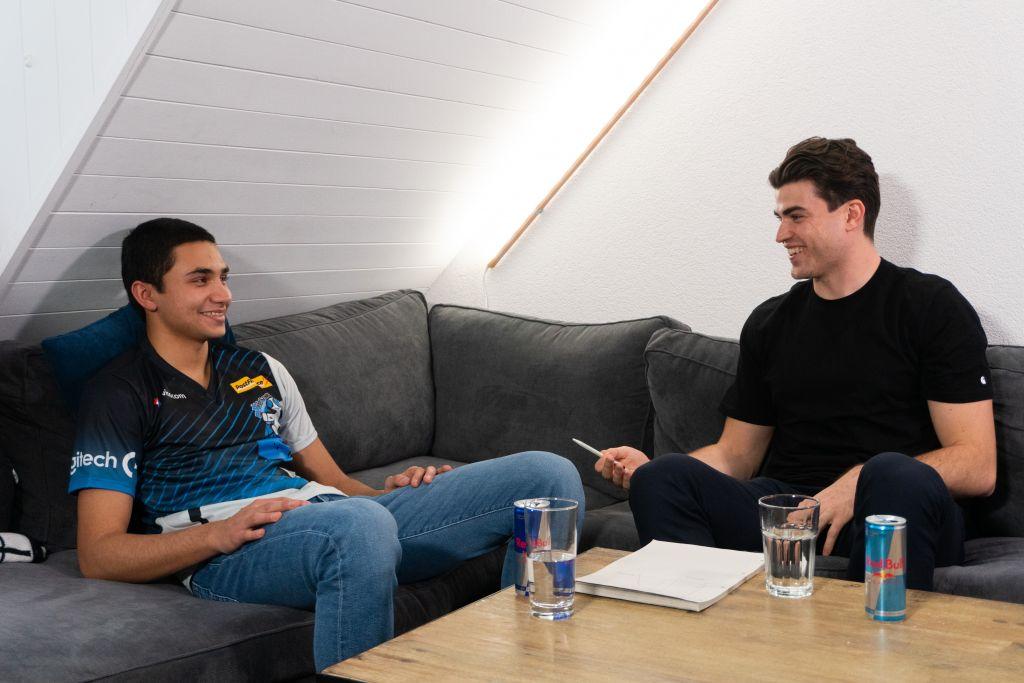 SenpaiRekt und Kyle sitzen auf dem Sofa und führen Atemübungen durch.